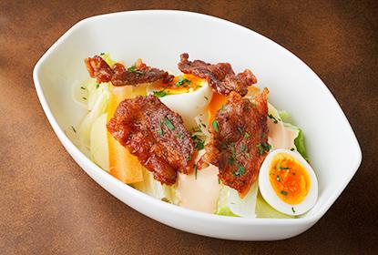 クリスピーポーク&半熟たまごのリヨン風サラダ